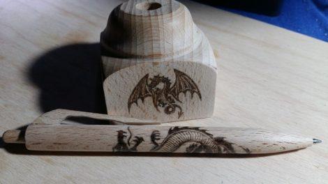 Fa toll asztali tartóval - sárkányos grafikával