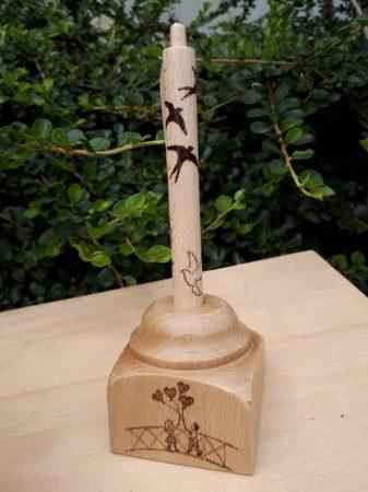 Egyedi fa toll, asztali tartóval - Fecske grafika