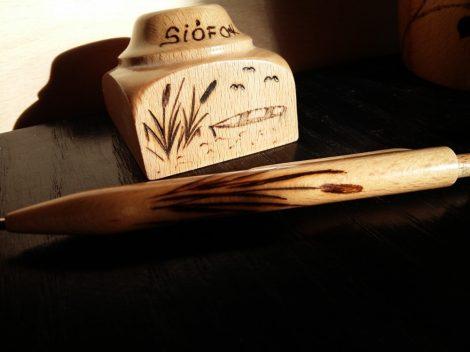 Asztali tartóval készített fa toll - Nádas grafikával