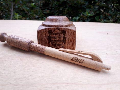 Asztali tartóval készített toll - amaranth fából - címer