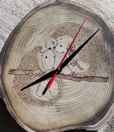 Fatörzsre gravírozott - Szerelmes sünik egyedi falióra