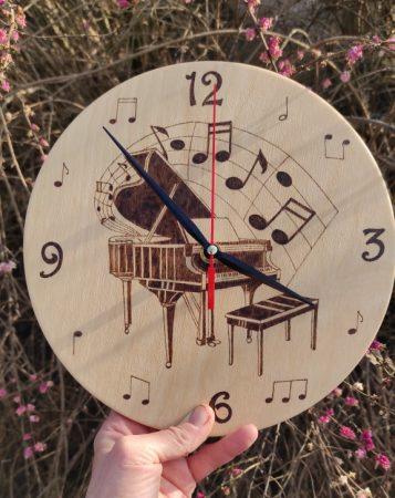 Kézzel gravírozott fa óra  - Zongora c. grafikával