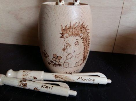 Hordócska tolltartó - Sünis grafikával