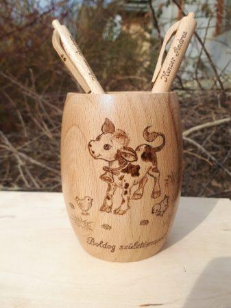 Egyedi fa tolltartó - Hordócska - Bocis rajz