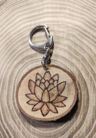 Egyedi kulcstartó  - lótuszvirág rajzzal - diófából