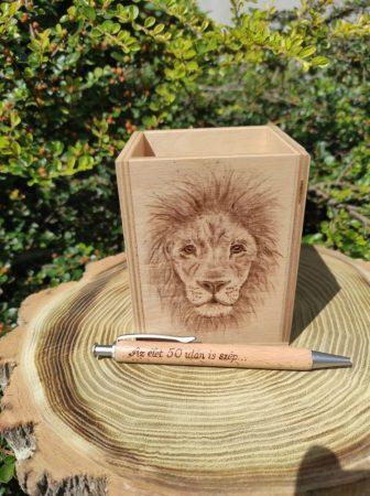 Egyedi fa ceruzatartó - oroszlán grafikával - idézettel