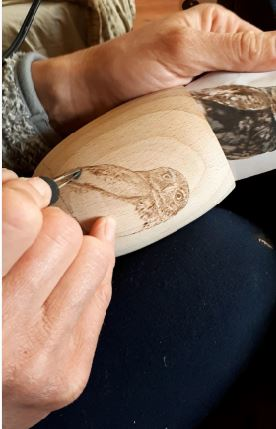 Baglyos hordócska tolltartó gravírozása képekben
